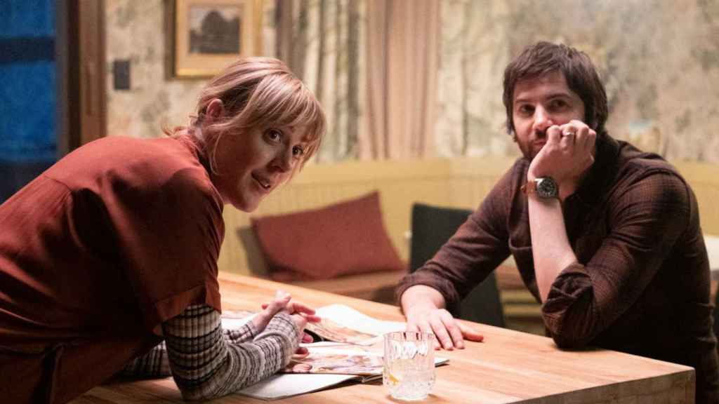 Abby Miller y Jim Sturgess son Bridget y Matthew Lisko en 'Home Before Dark'.