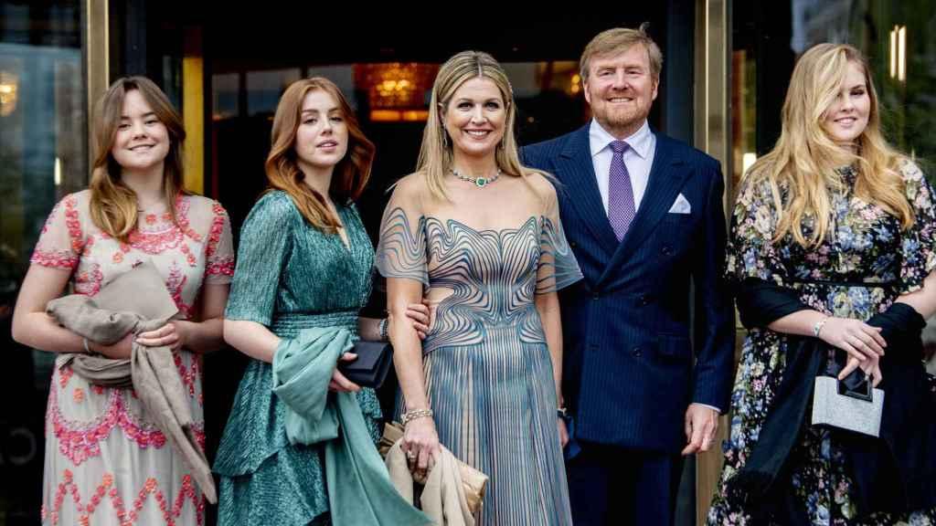 La princesa Amalia, junto a sus padres los reyes de Holanda y sus hermanas, Alexia y Ariane.