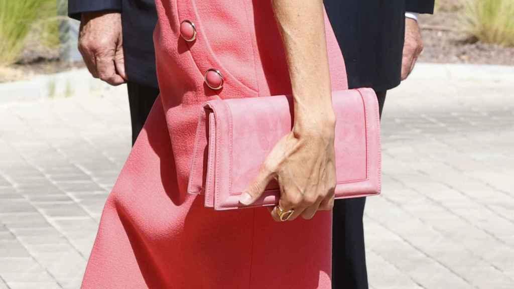 Cartea rosa a juego con los zapatos, también de Magrit.