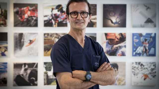 El traumatólogo Ángel Villamor en su clínica de Madrid.