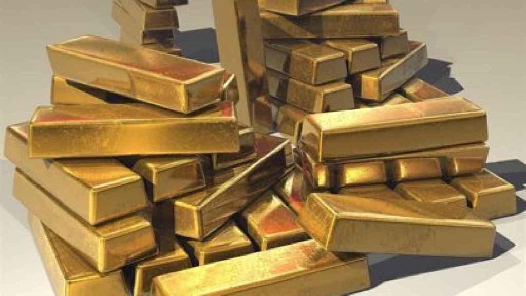 Varios lingotes de oro apilados.