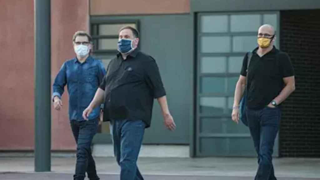 Oriol Junqueras junto a Cuixart y Romeva a la salida de prisión en un imagen de archivo. EP