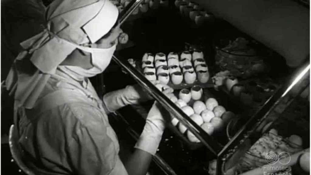 Una asistente de laboratorio, en una imagen del NO-DO.