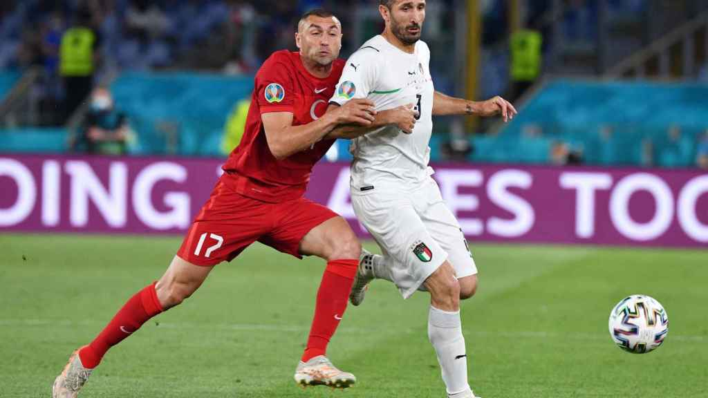 Chiellini protegiendo un balón en el Turquía - Italia