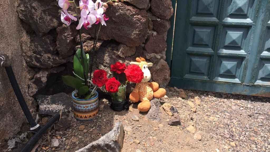 Un peluche y flores en la entrada de la casa donde supuestamente fueron sedadas Anna y Olivia.