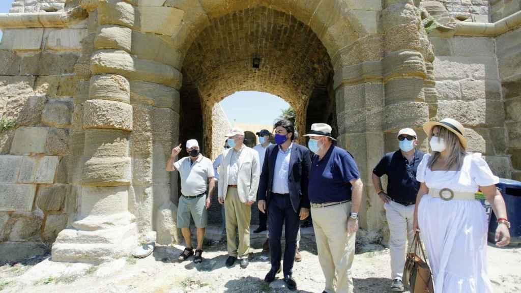 Miembros del equipo de gobierno del Ayuntamiento han visitado la torre en Tabarca.