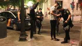 La Policía Nacional de Alicante vigila las restricciones en una zona de ocio nocturno.