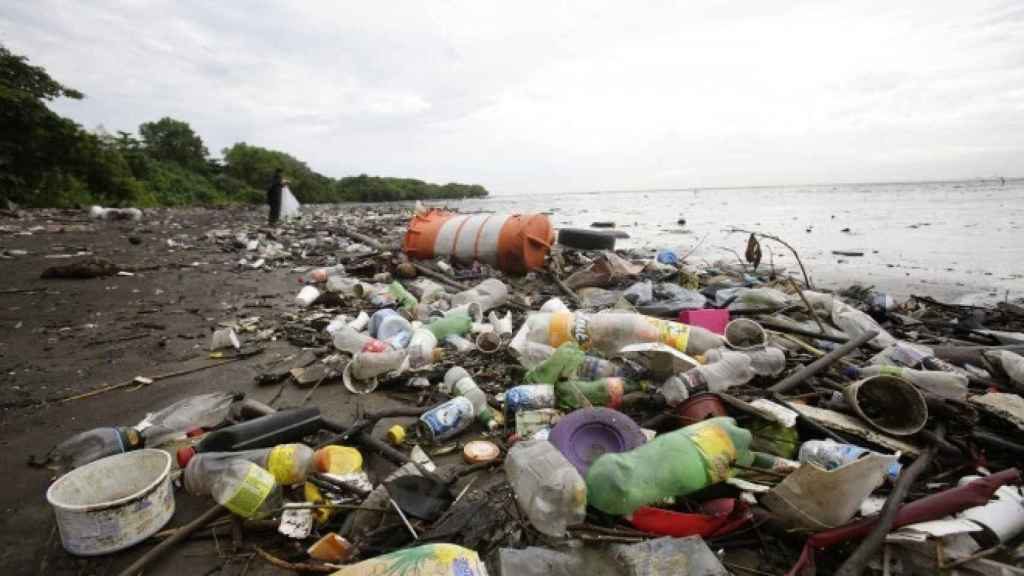 Basura acumulada en la orilla de una playa.