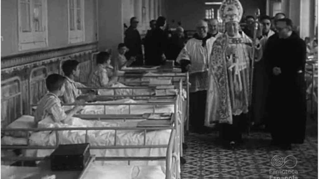 Imagen del NO-DO de un obispo bendice las instalaciones del asilo de San Rafael.