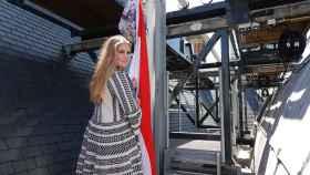 Amalia de Holanda, izando la bandera de su país, para celebrar su graduación.