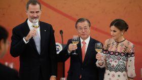 Felipe VI y Letizia, recibido por el presidente de Corea del Sur en octubre de 2019.