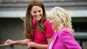 La duquesa de Cambridge y Jill Biden, durante su visita a la institución escolar.