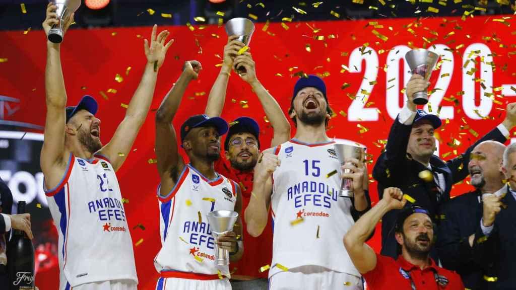 Sertac Sanli celebra el título de la Euroliga junto a sus compañeros de Efes