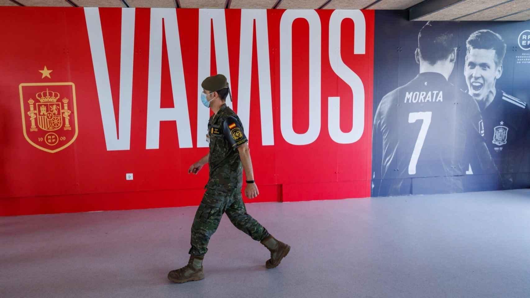 Soldado del Ejército durante la vacunación a la Selección