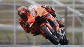 Danilo Petrucci durante una carrera de MotoGP con KTM