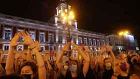 Decenas de personas se concentran este viernes en la madrileña Puerta del Sol.