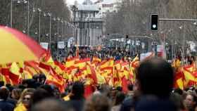 Concentración en protesta por las negociaciones de Pedro Sánchez con los separatistas catalanes.