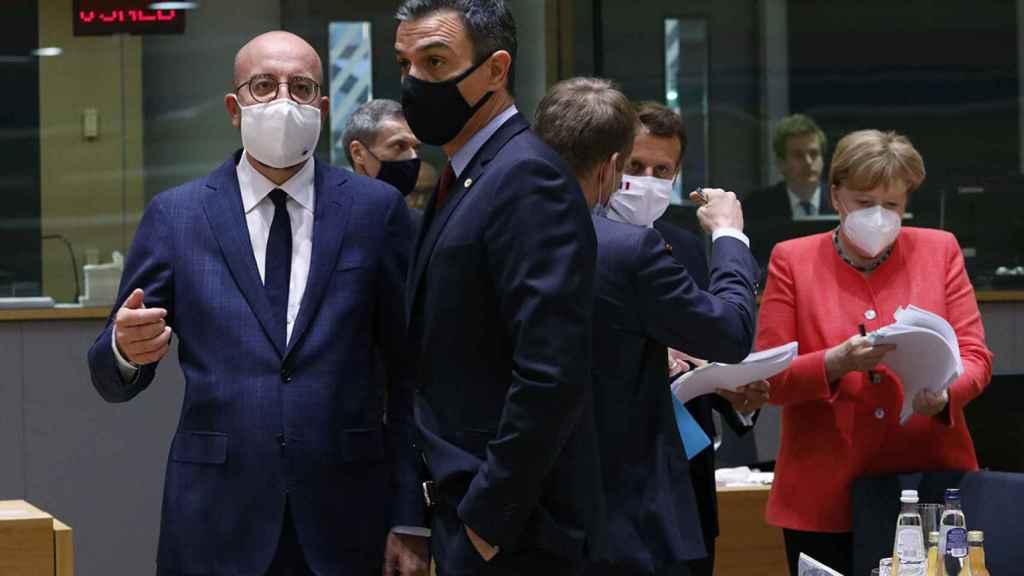 El presidente del Consejo Europeo, Charles Michel charla con Pedro Sánchez, junto a Emmanuel Macron y Angela Merkel.