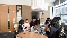 Una reunión de negocios entre mujeres afroamericanas.