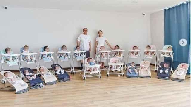 Galip y Kristina Ozturk con sus 20 hijos conseguidos a través de vientres de alquiler.