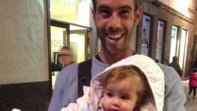 Tomás Gimeno junto a la menor de sus hijas, Anna.
