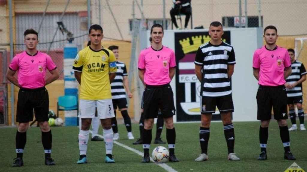 El árbitro Nacho (c) junto al linier Fernando (1d)