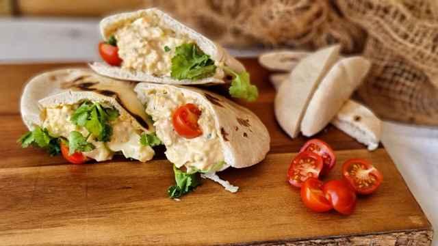 Pitas rellenas de huevo y tahini al limón, un delicioso sándwich vegetariano