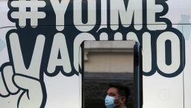 Un hombre espera en un centro de vacunación en Santiago.