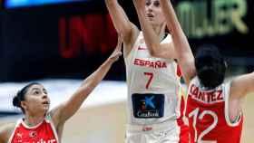 Alba Torrens lanzando a canasta en el partido entre España y Turquía
