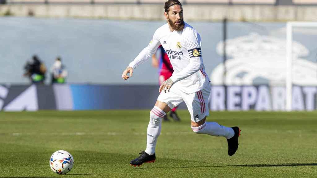 Sergio Ramos, con el brazalete de capitán, durante un partido del Real Madrid