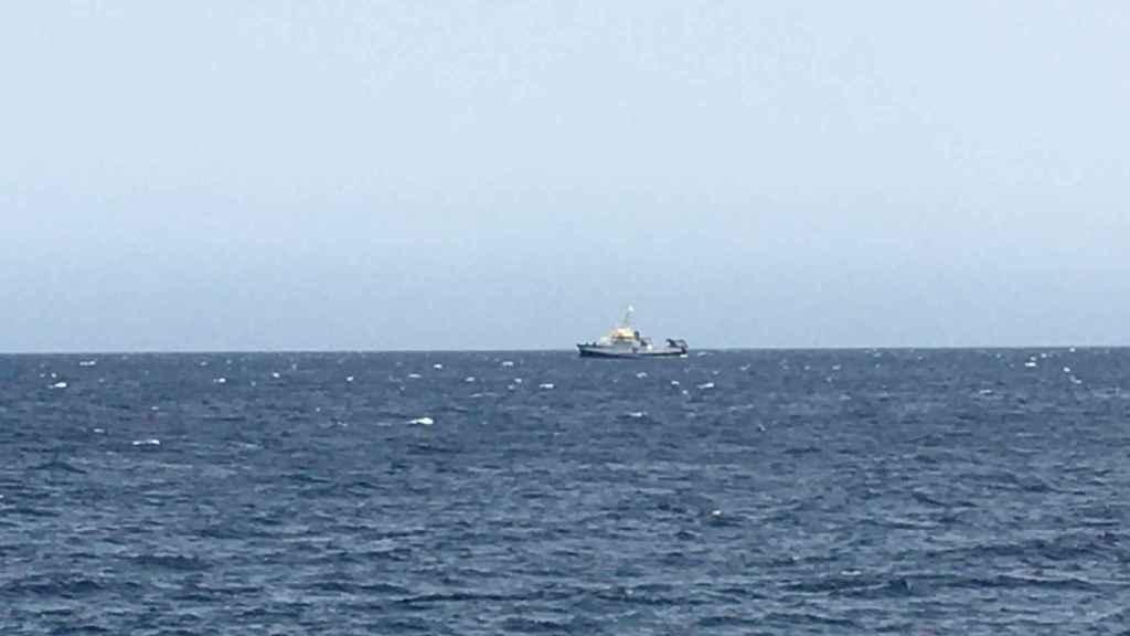 El Ángeles Alvariño en el mar frente a la costa de Santa Cruz de Tenerife.