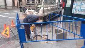Un operario repara la acera de una calle de Alicante.