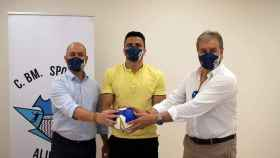 De Novais, en el centro, junto al presidente y el director general del Horneo Alicante.