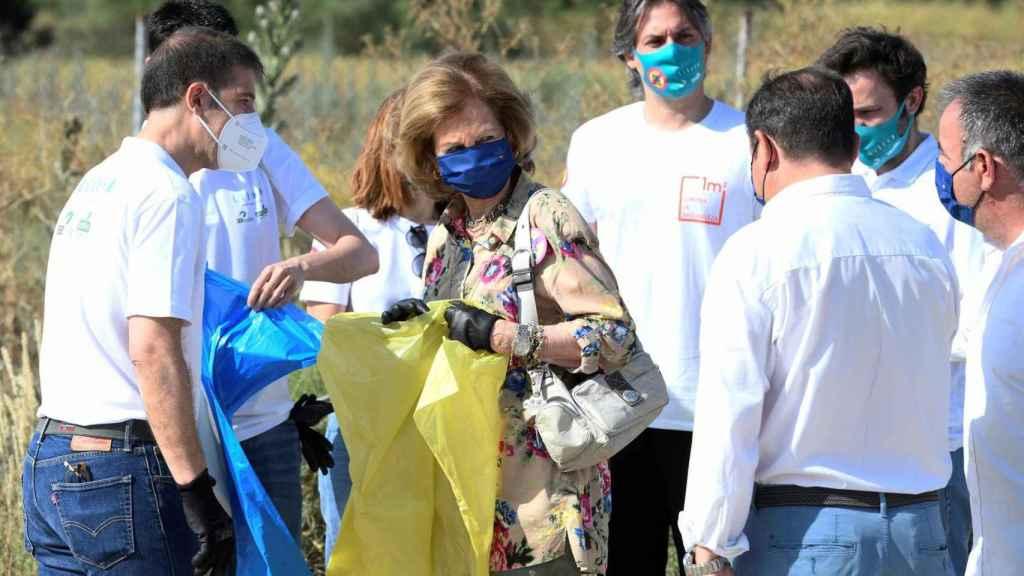 La reina Sofía junto a varios voluntarios en la recogida de residuos en Madrid.
