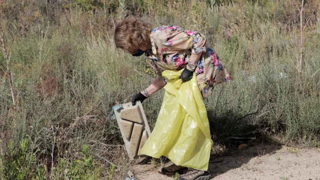 La reina Sofía recogiendo un residuo arrojado a la naturaleza.