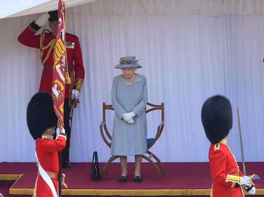 Isabel II ha presenciado la celebración desde una carpa.