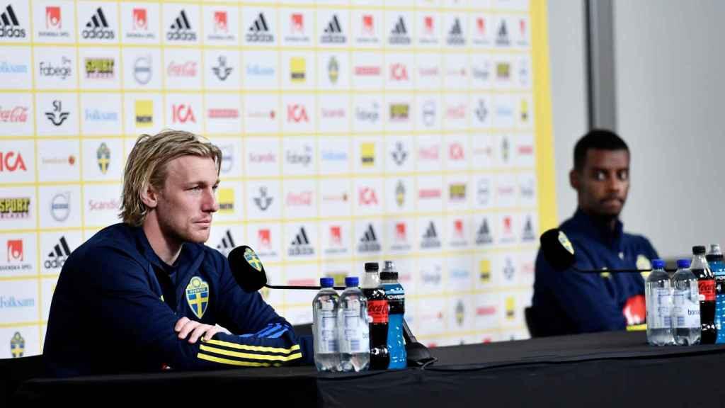 Forsberg e Isak en rueda de prensa