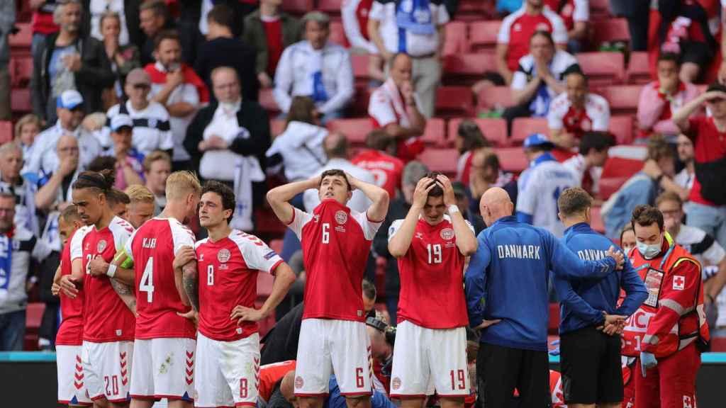 Los jugadores de Dinamarca sufren tras ver a Eriksen salir en camilla