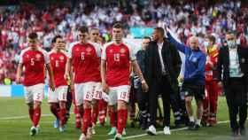 La selección de Dinamarca arropa a Eriksen en su salida del campo