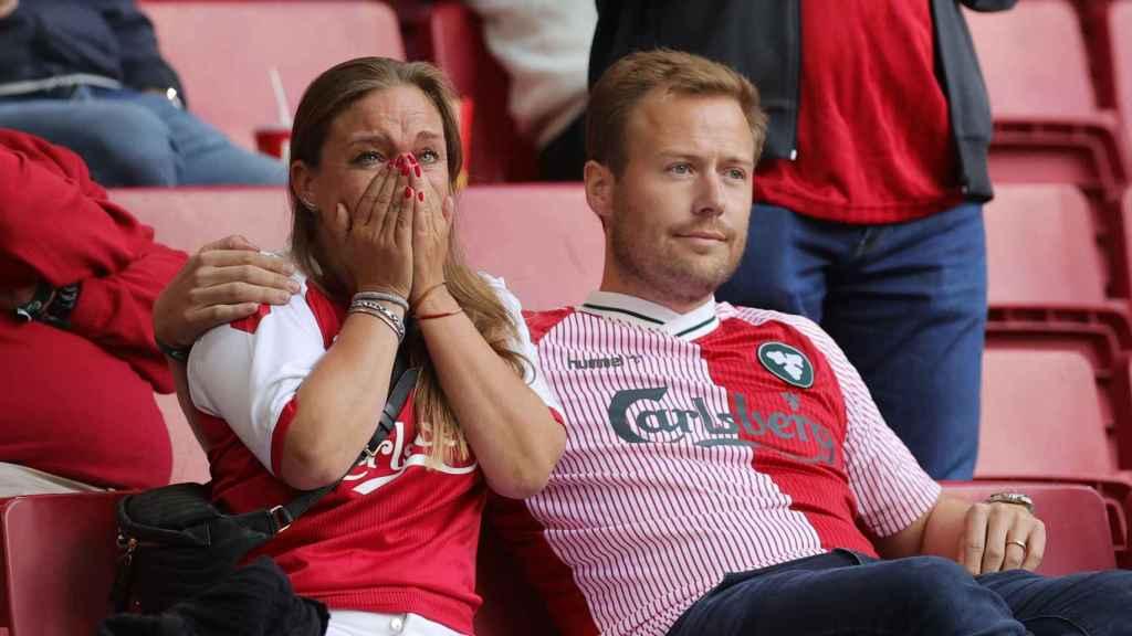Lágrimas en la grada tras lo ocurrido con Eriksen