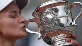 Krejcikova, con el título de campeona de Roland Garros.