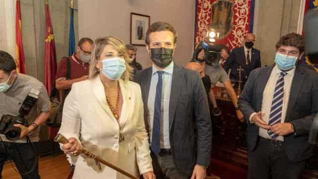 La nueva alcaldesa de Cartagena, Noelia Arroyo, y el líder del PP, Pablo Casado.