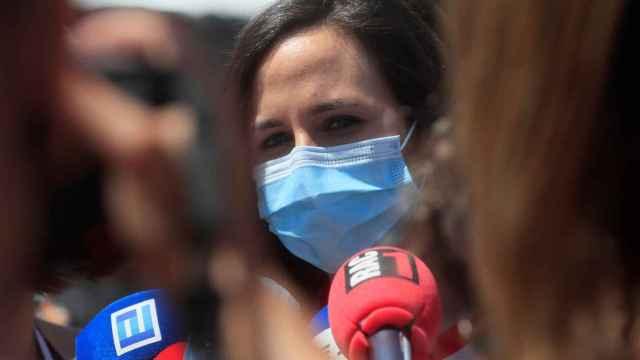 Ione Belarra atiende a la prensa a su llegada al recinto abierto de Alcorcón donde se celebra la IV Asamblea de Podemos.