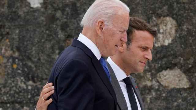 Joe Biden habla con Emmanuel Macron durante la cumbre del G7.