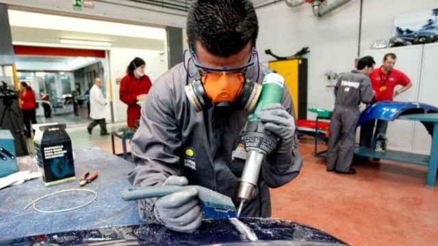 Un alumno de FP durante una clase práctica de soldadura.