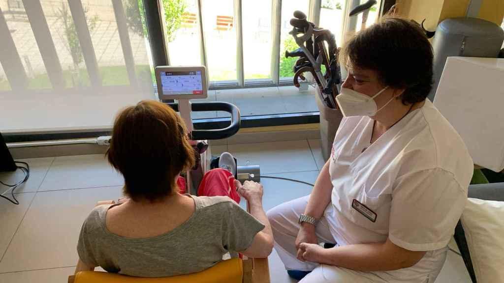 Socorro Martínez trabajando con una paciente de postcovid.