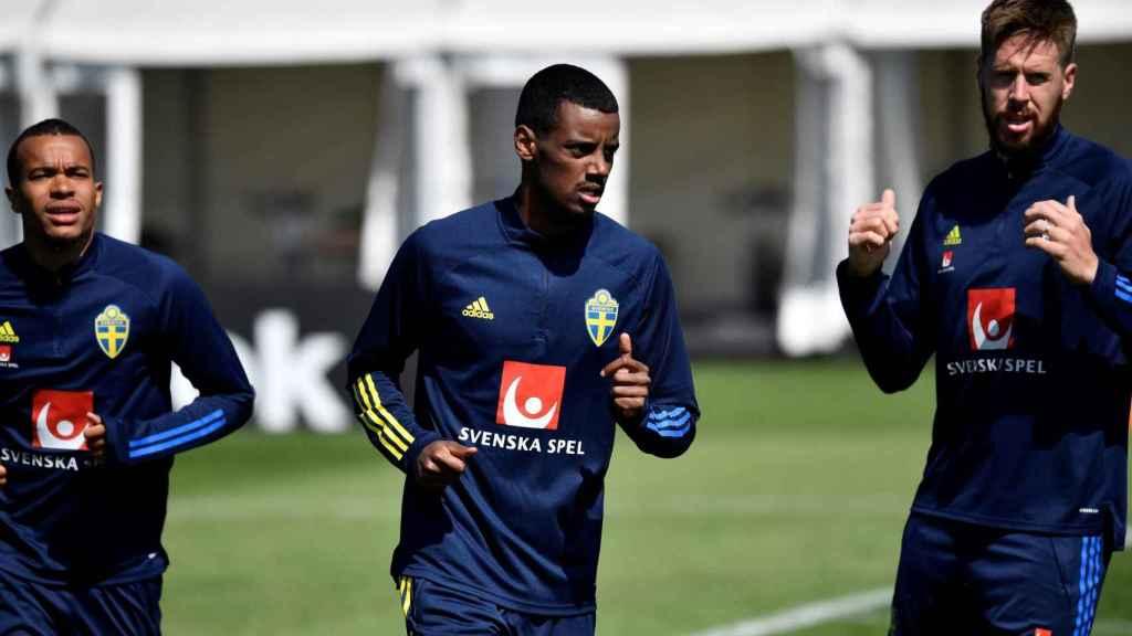 Robin Quaison, Alexander Isak y Pontus Jansson, durante un entrenamiento con la selección de Suecia