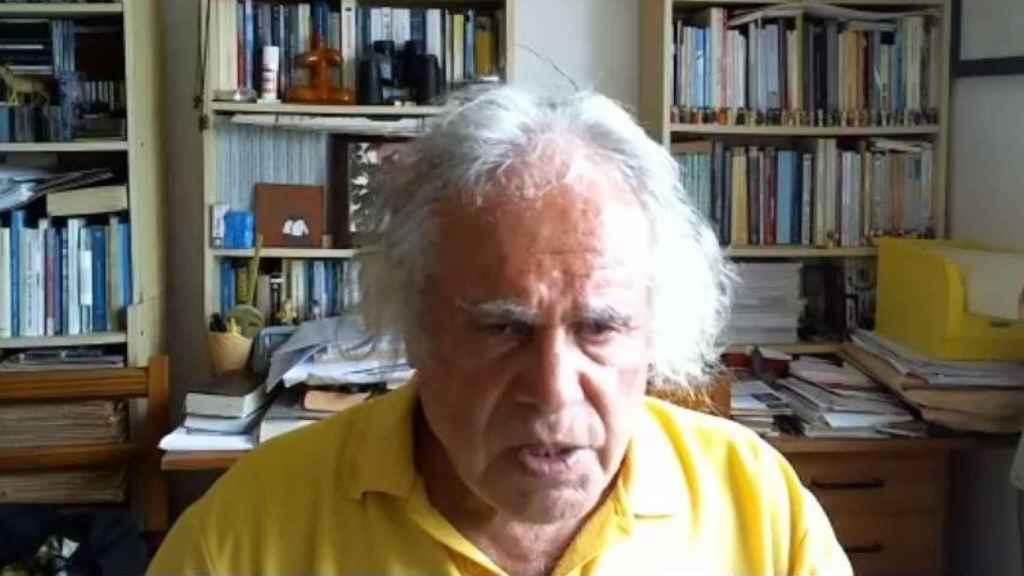 El Padre Báez durante una retransmisión en directo en Facebook.