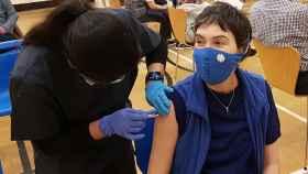 Una joven recibiendo la vacuna contra el coronavirus.
