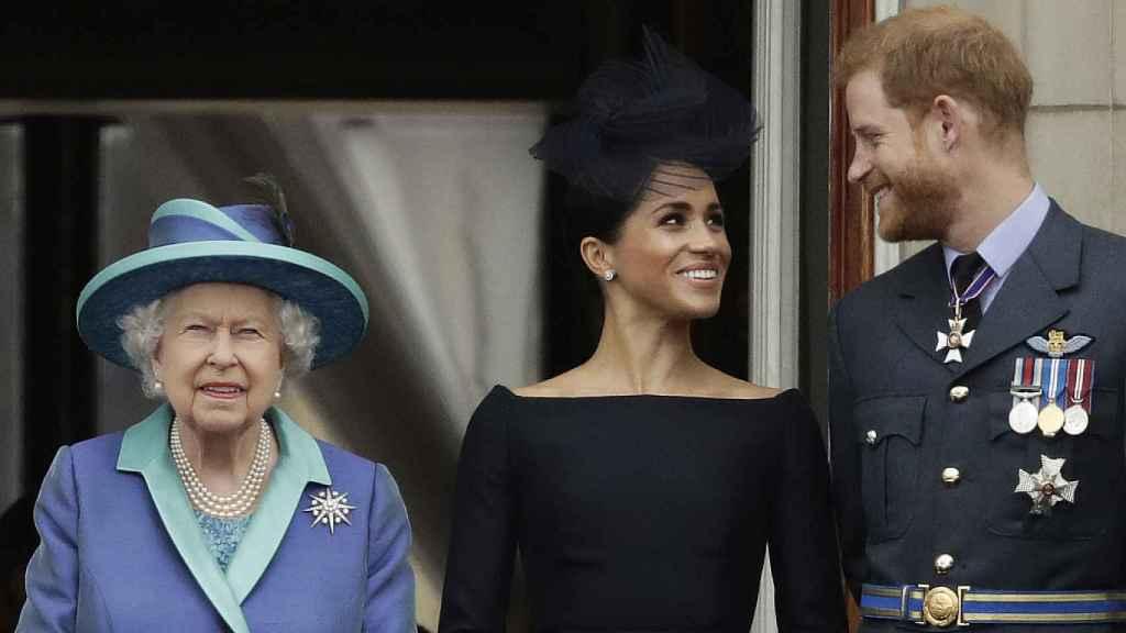 La reina Isabel, Meghan Markle y el príncipe Harry, durante un acto en Londres.